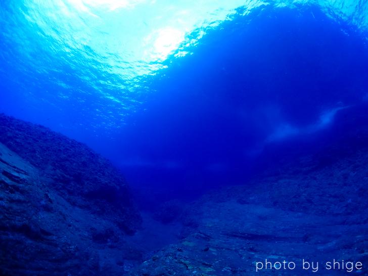 男岩の水中